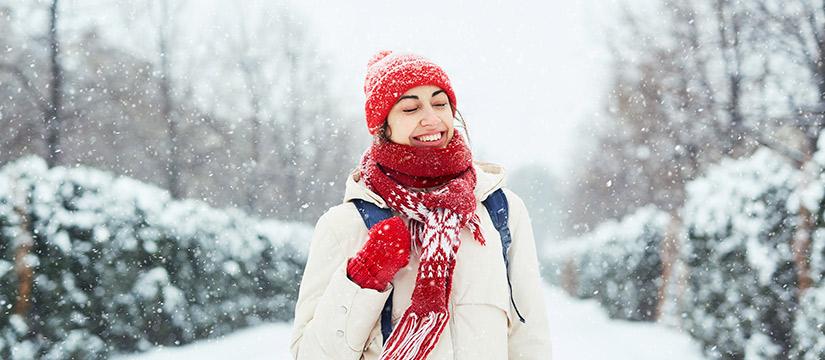 Consejos para el cuidado de dientes en Navidad mujer sonriendo